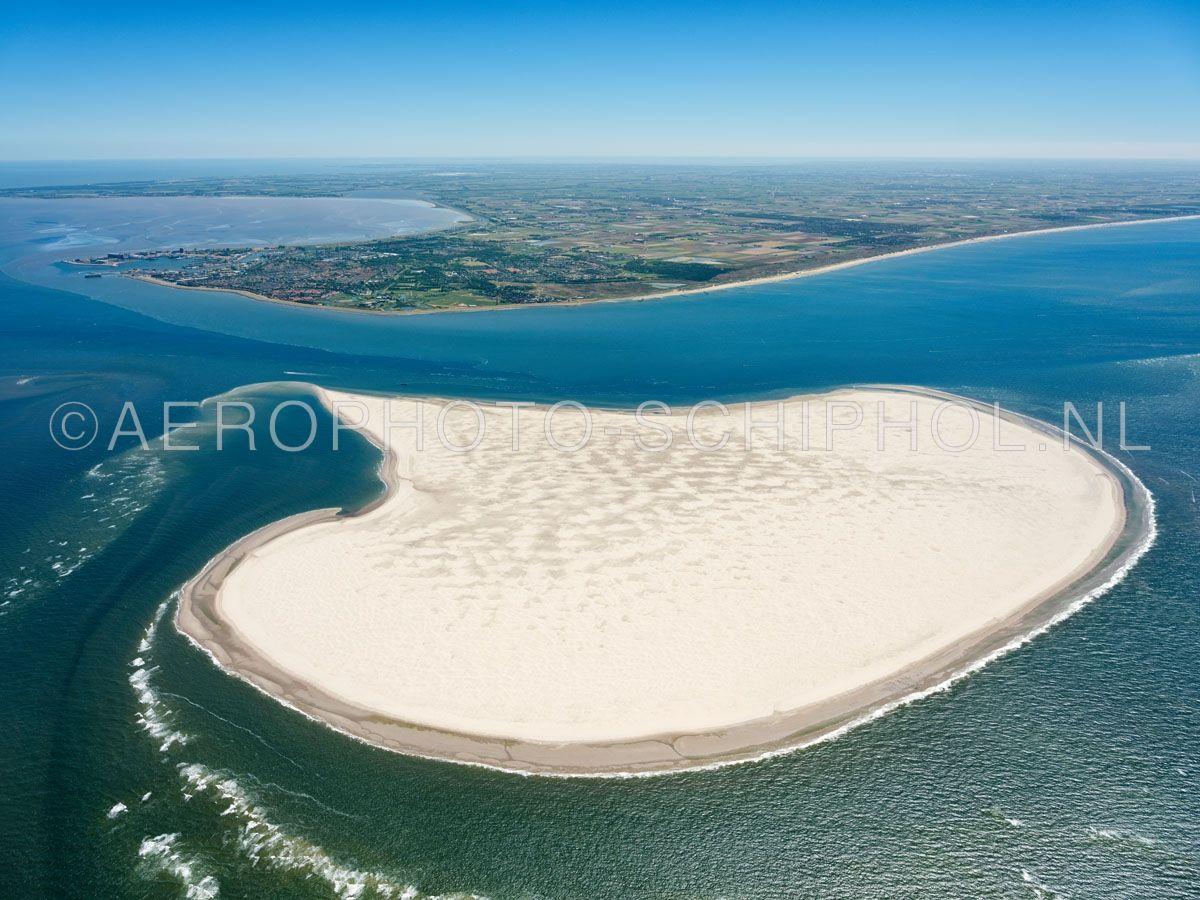 luchtfoto    Noorderhaaks of Razende Bol  met boven in beeld den Helder en de Noordzeekust. Noorderhaaks is een zandplaat ten zuidwesten van Texel van meer dan honderd jaar oud de zandplaat  van ca 700 hectare verplaatst zich langzaam richting Texel. opn. 30/06/2018