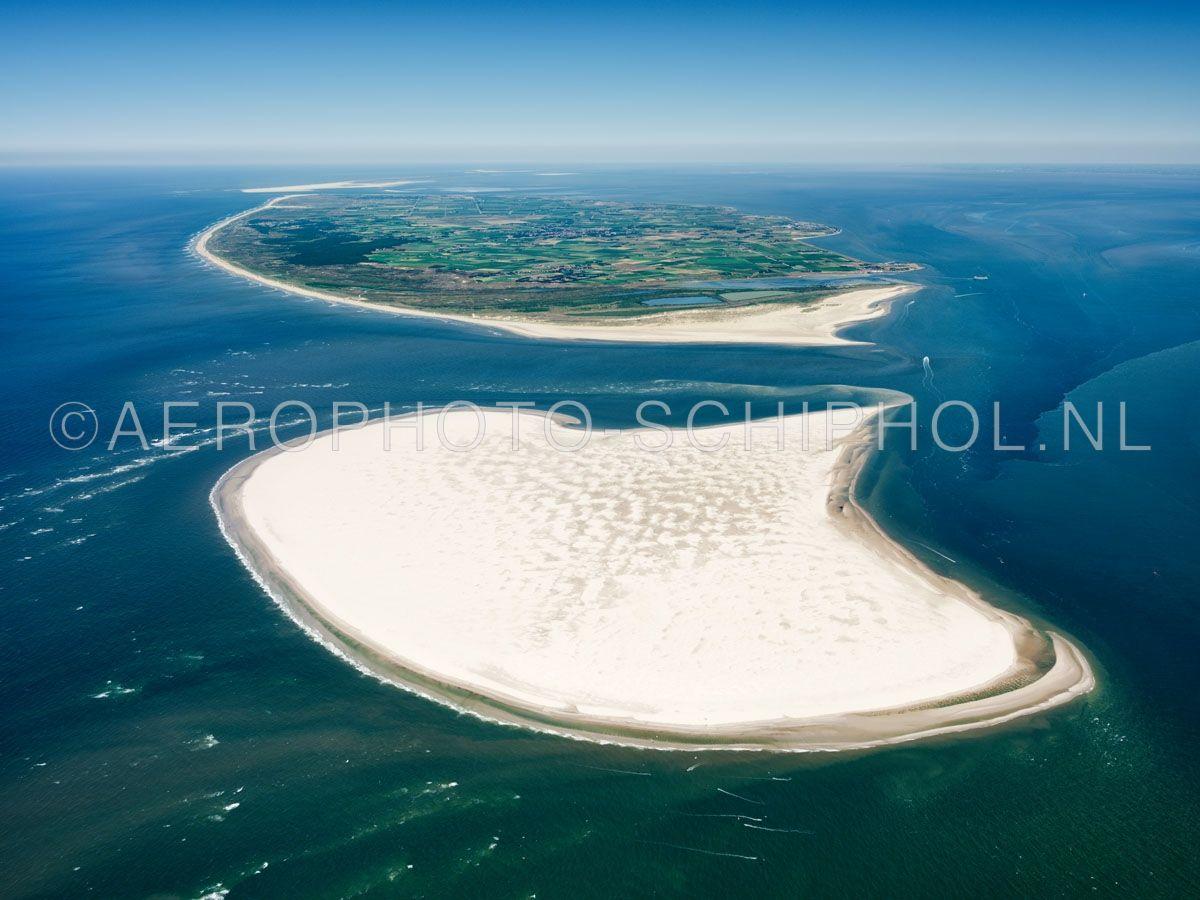 luchtfoto    Noorderhaaks of Razende Bol  met boven in beeld Texel. Noorderhaaks is een zandplaat ten zuidwesten van Texel van meer dan honderd jaar oud de zandplaat  van ca 700 hectare verplaatst zich langzaam richting Texel. opn. 30/06/2018