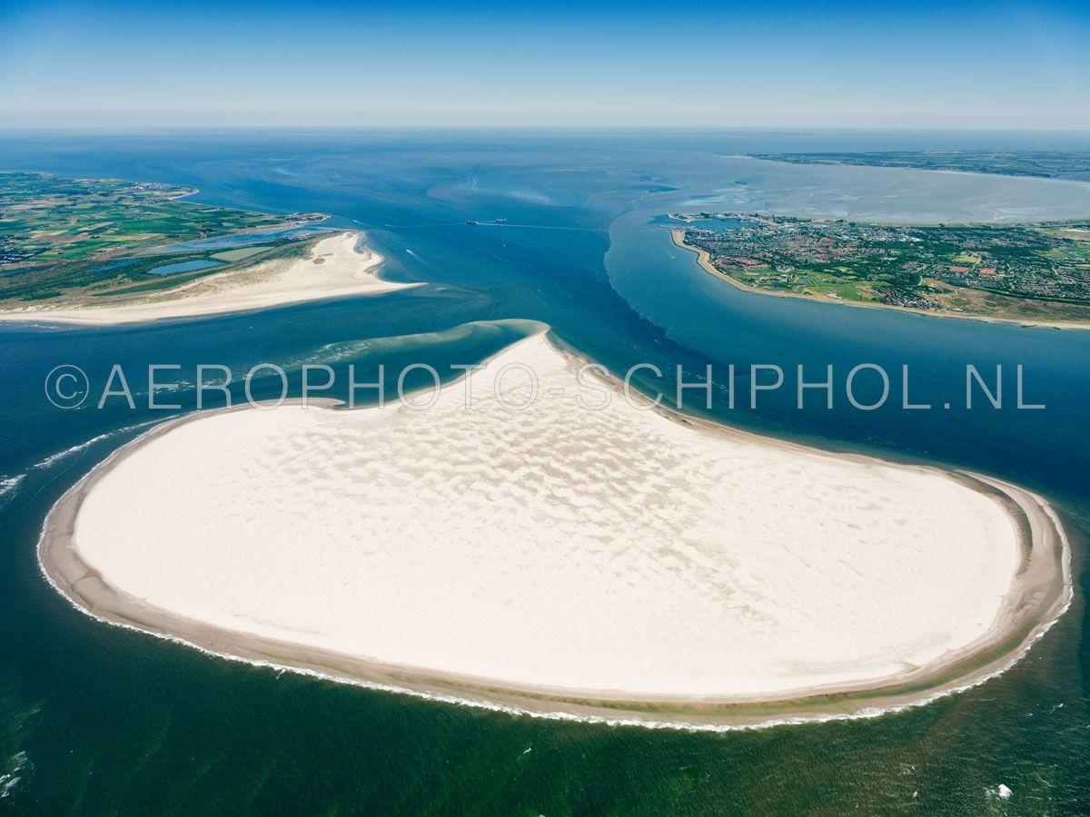 luchtfoto |  Noorderhaaks of Razende Bol  met boven in beeld het Marsdiep, links Texel, rechts Den Helder. Noorderhaaks is een zandplaat ten zuidwesten van Texel van meer dan honderd jaar oud de zandplaat  van ca 700 hectare verplaatst zich langzaam richting Texel. opn. 30/06/2018