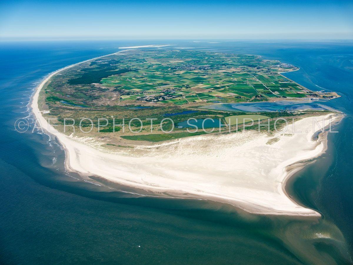 luchtfoto |  Texel gezien vanuit het Molengat. Texel is met een oppervlakte van ca. 170km2 het grootste waddeneiland. Het eiland was tot de Allerheiligenvloed van 1170 verbonden met het vasteland. opn. 30/06/2018