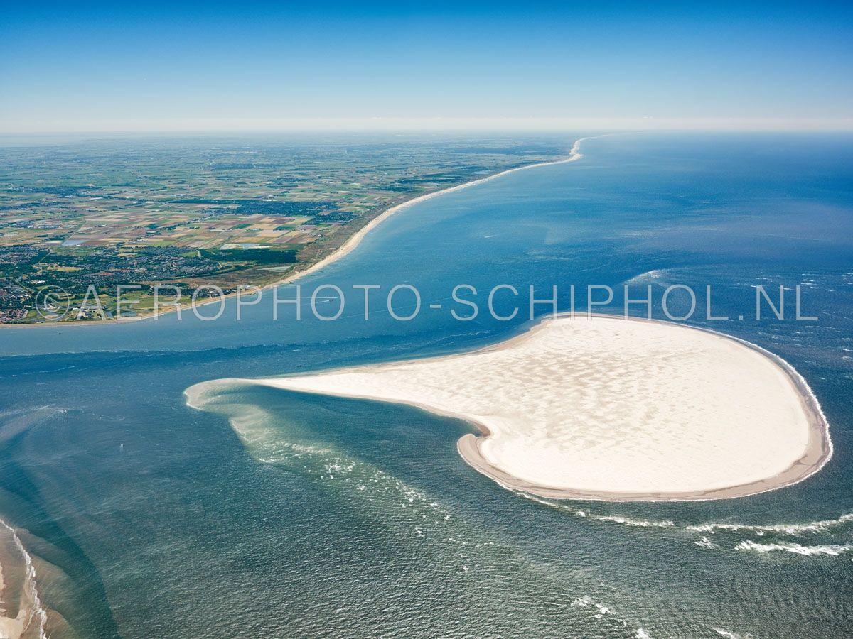 luchtfoto    Noorderhaaks of Razende Bol  met boven en links in beeld de Noordzeekust. Noorderhaaks is een zandplaat ten zuidwesten van Texel van meer dan honderd jaar oud de zandplaat  van ca 700 hectare verplaatst zich langzaam richting Texel. opn. 30/06/2018