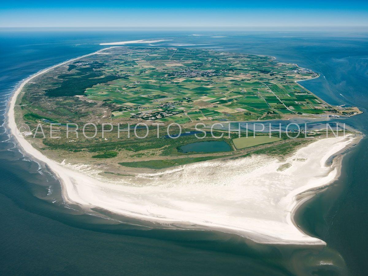 luchtfoto |  Texel met in de voorgrond de Hors. Texel is het grootste waddeneiland met een oppervlakte van ca. 170km2. Het eiland werd door de Allerheiligenvloed van 1170 afgesneden van het vasteland. opn. 30/06/2018