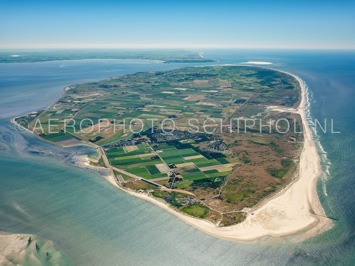 luchtfoto |  Texel gezien vanuit het Eierlandsegat. Rechtsonder Eierland en de polder Eijerland met de Cocksdorp. opn. 30/06/2018