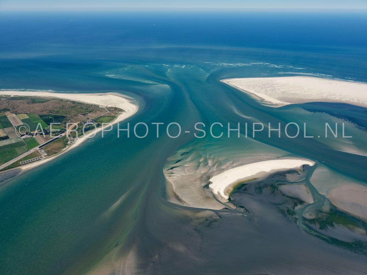 luchtfoto    Het Engelschmangat of Eierlandsegat is het zeegat tussen Vlieland en Texel het is zo'n 2kilometer breed, in de waddenzee splitst het zich in het Robbengat en Vogelzwin (links) en de Kolk en Keteldiep (rechts) de plaat in het midden is de Steenplaat opn. 30/06/2018