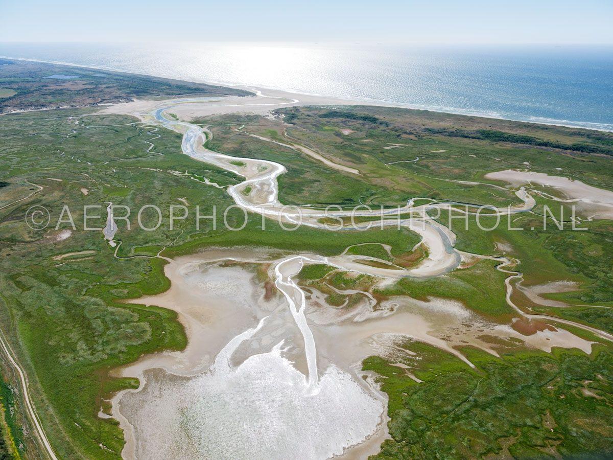 luchtfoto |  Texel, de Slufter is een kwelderlandschap, een standvlakte tussen de duinen met een open verbinding naar de Noordzee. opn. 30/06/2018