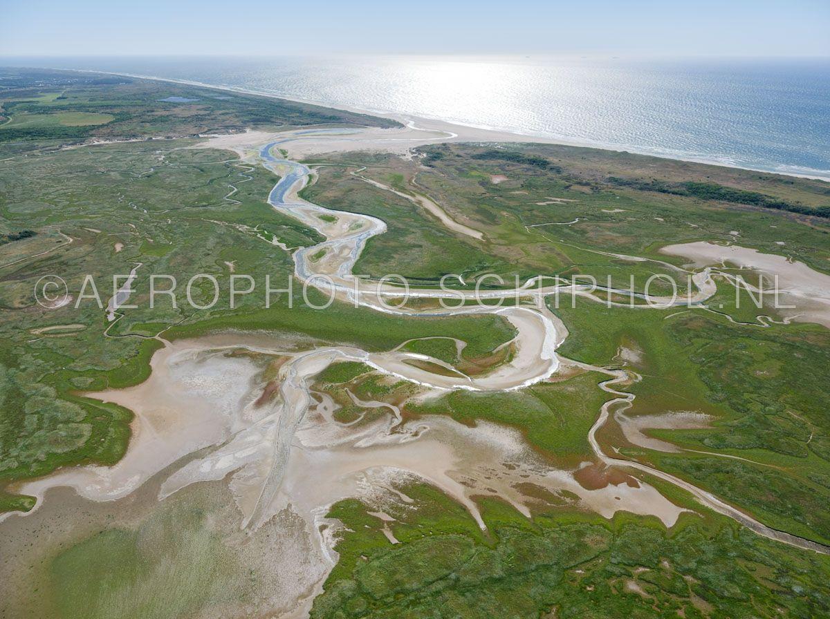 luchtfoto    Texel, de Slufter met de noordzeekust. De Slufter is een kwelderlandschap, een standvlakte tussen de duinen met een open verbinding naar de Noordzee. opn. 30/06/2018