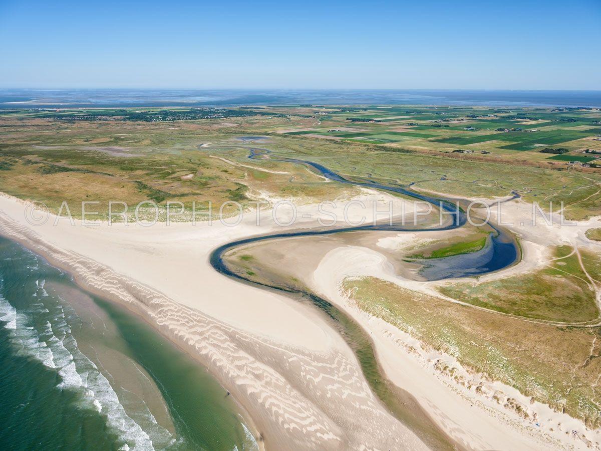 luchtfoto    Texel, de Slufter is een standvlakte en Kwelderlandschap tussen de duinen met een open verbinding naar de Noordzee. opn. 30/06/2018