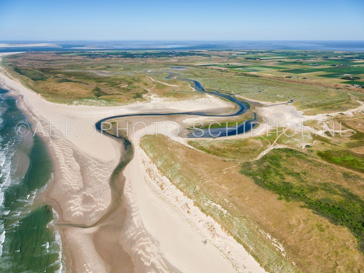 luchtfoto |  Texel, de Slufter is een standvlakte en kwelderlandschap tussen de duinen met een open verbinding naar de Noordzee. opn. 30/06/2018