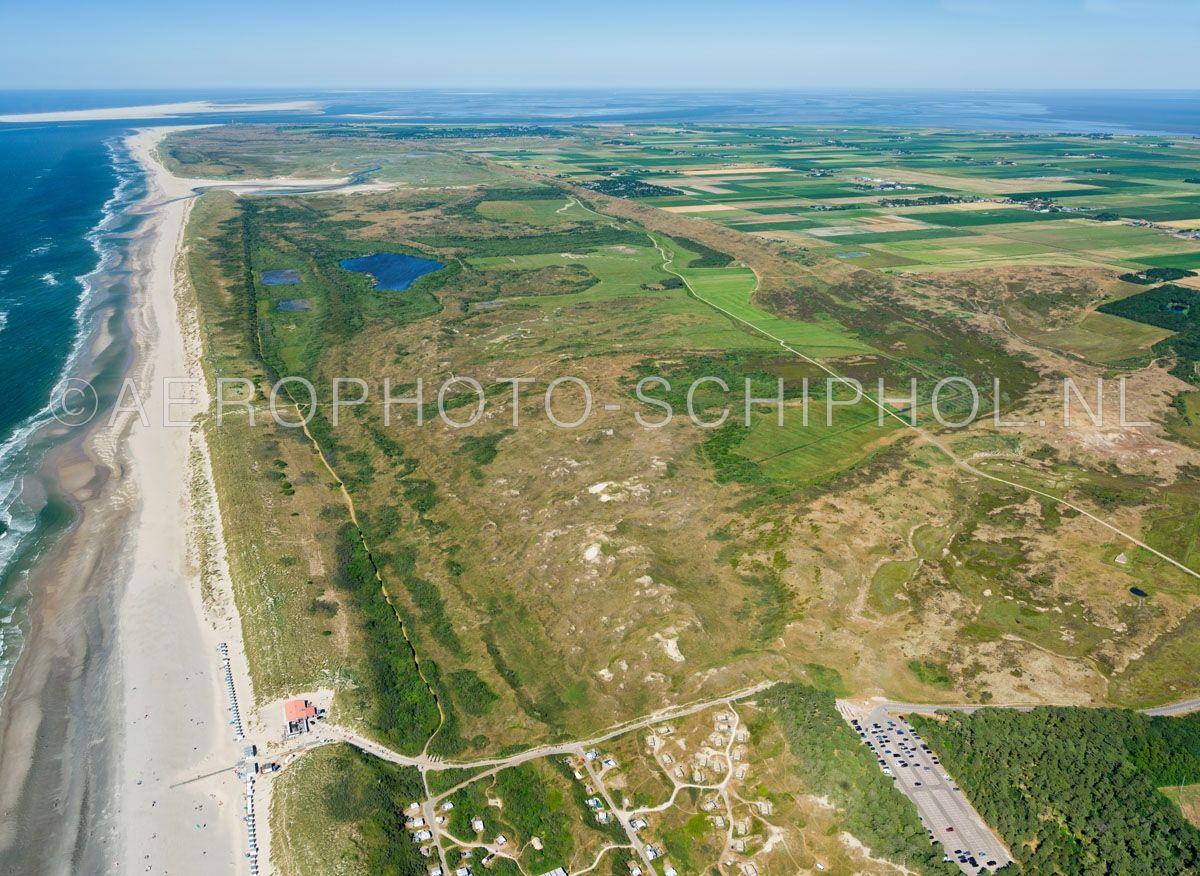 luchtfoto    Texel, De Muy is een jong duingebied ten Noorden van De Koog, rechtsboven de Muyplas. opn. 30/06/2018
