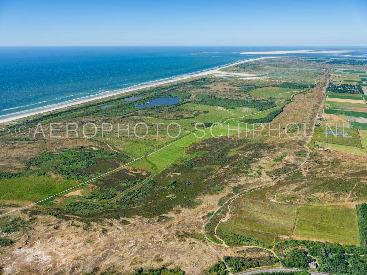 luchtfoto |  Texel, De Muy met in de voorgrond de Nederlanden links de Muyplas en rechts de Zanddijk.  opn. 30/06/2018