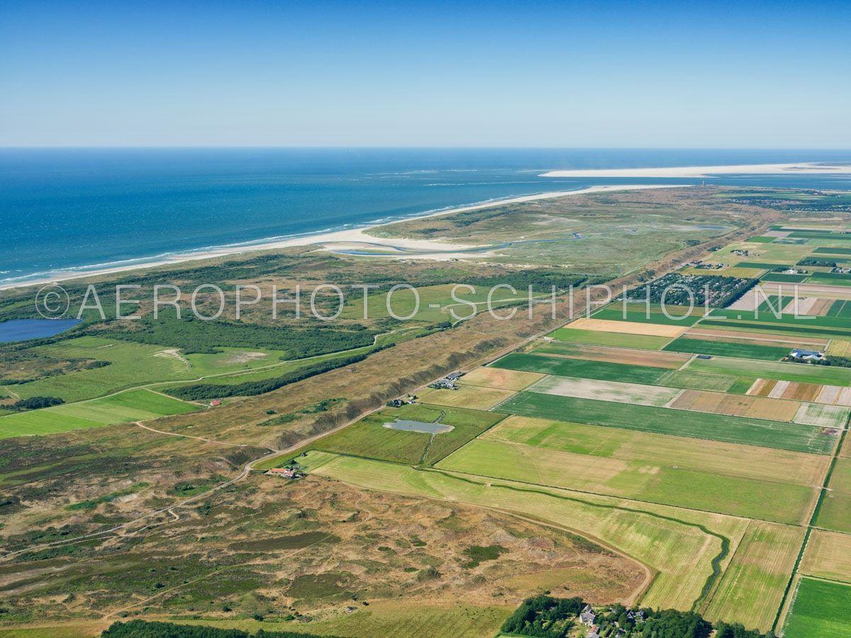 luchtfoto    Texel, de Zandijk en De Muy. De Zanddijk werd in 1630 aangelegd om Eierland en Texel met elkaar te verbinden. opn. 30/06/2018
