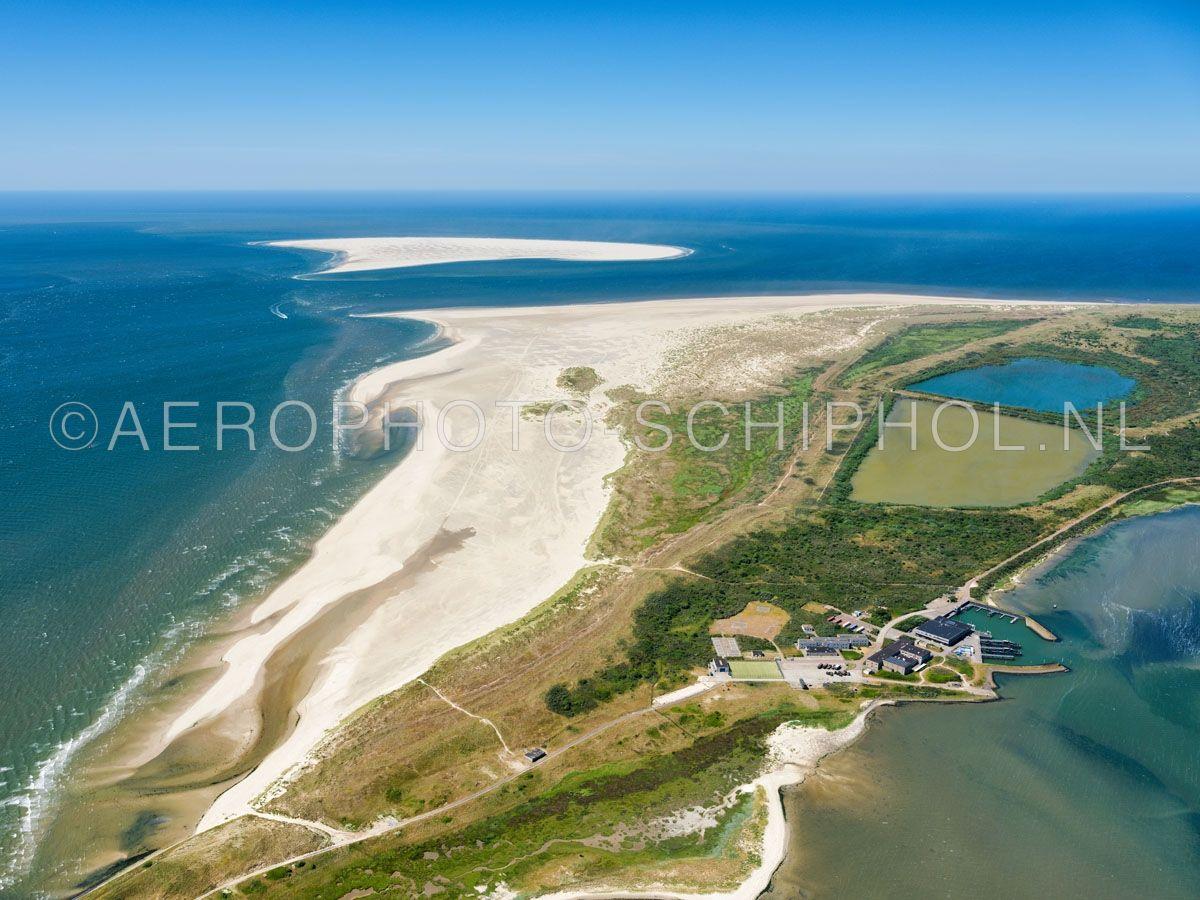 luchtfoto    Texel, zandplaat de Hors, gezien vanuit de Mokbaai. De zandplaat de Hors groeide in 1749 aan Texel vast. De zandbank Onrust  werd in het begin van de 20e eeuw een deel van de Hors. opn. 01/07/2018