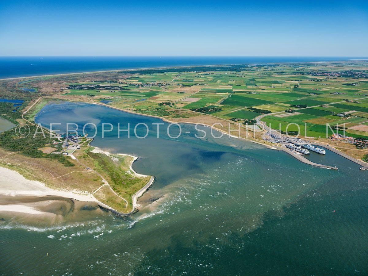 luchtfoto |  Texel, De Mokbaai, of de Mok. De Mokbaai is overgebleven van het Spanjaardsgat een waterweg tussen het eiland Texel en de zandplaat de Hors, de Hors groeide rond 1749 vast aan het eiland. opn. 01/07/2018