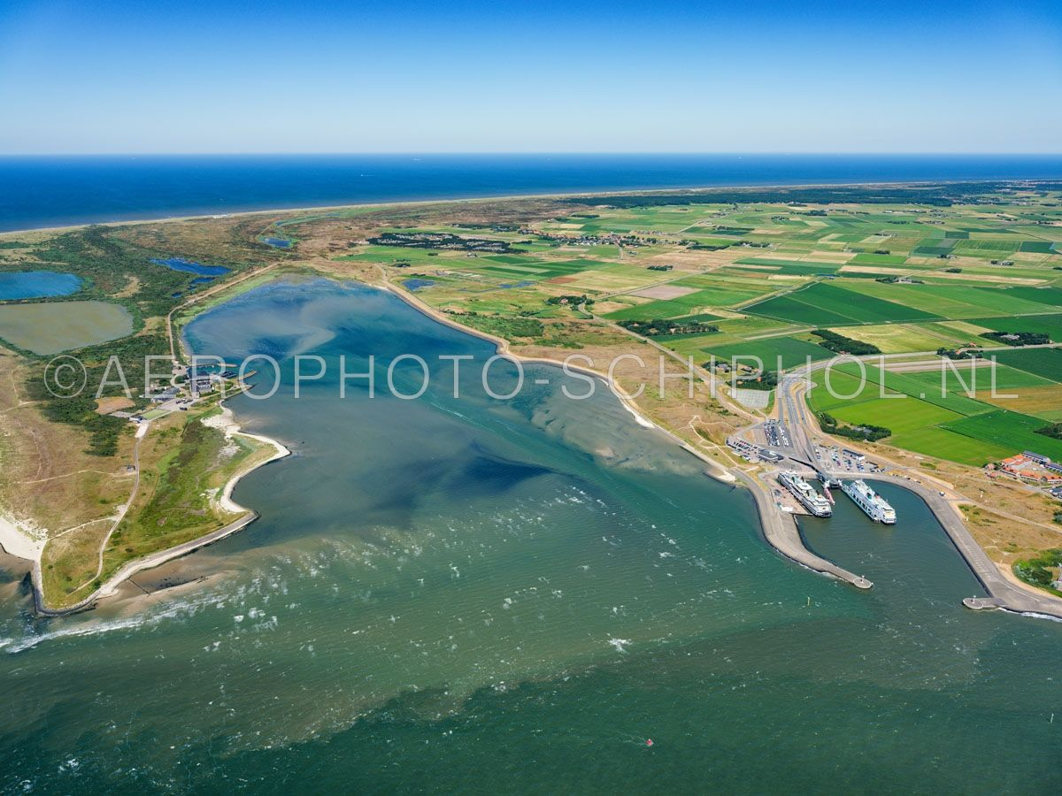 luchtfoto |  Texel, De Mokbaai, of de Mok met rechts het Horntje en links Joost Dourleinkazerne. De Mokbaai is overgebleven van het Spanjaardsgat een waterweg tussen het eiland Texel en de zandplaat de Hors, de Hors groeide rond 1749 vast aan het eiland. opn. 01/07/2018