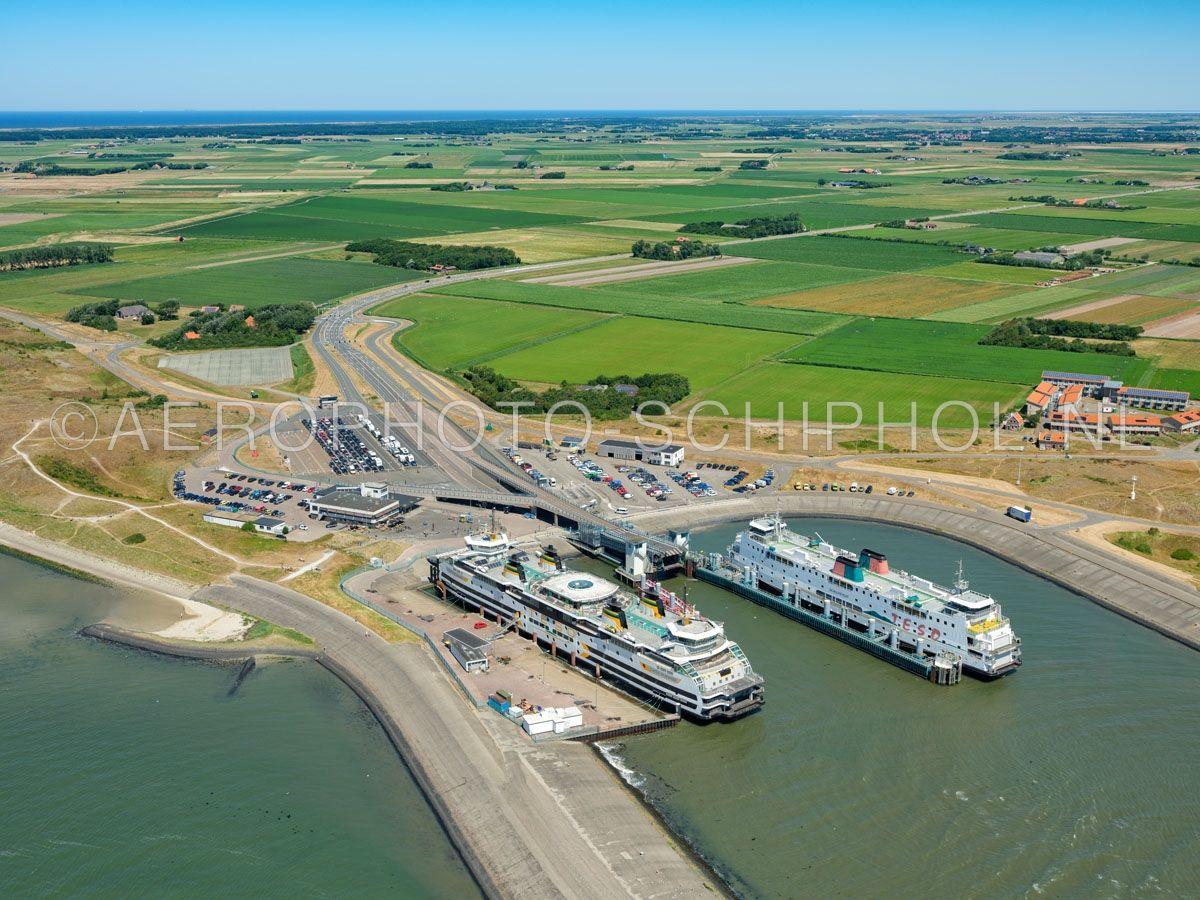 luchtfoto    Texel, Het Horntje met twee veerboten van Teso. Het Horntje is een gehucht en de aankomstplaats van de veerboot Den Helder - Texel. opn. 01/07/2018