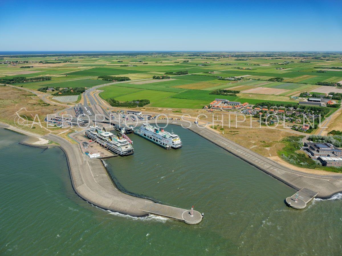 luchtfoto |  Texel, Het Horntje, De Veerhaven met twee veerboten van Teso. Het Horntje is een gehucht en de aankomstplaats van de veerboot Den Helder - Texel. opn. 01/07/2018