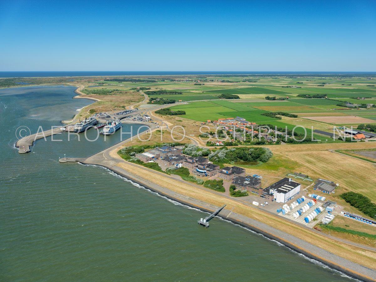 luchtfoto |  Texel, Het Horntje is een gehucht en de aankomstplaats van de veerboot Den Helder - Texel. Ook zijn er  het NIOZ, (Koninklijke Nederlands Instituut voor Onderzoek der Zee) en een dependance van het Wageningse onderzoeksinstituut Alterra gevestigd. opn. 01/07/2018