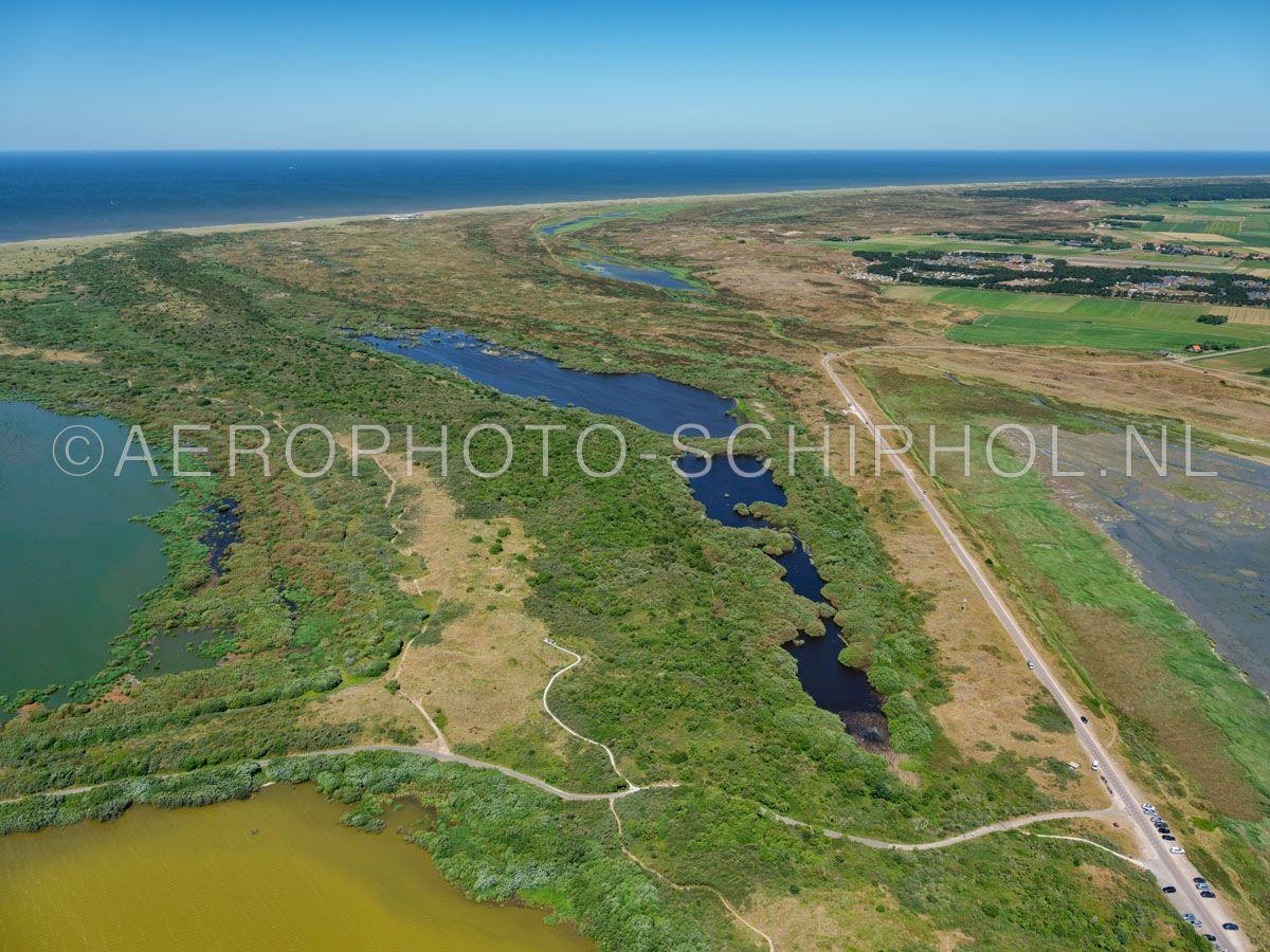 luchtfoto |  Texel, de Geul is een vallei aan de westkant van de Mokbaai. Door de aanleg van een stuifdijk in 1921 werd de vallei afgesloten van de Mokbaai en daardoor steeds natter. opn. 01/07/2018