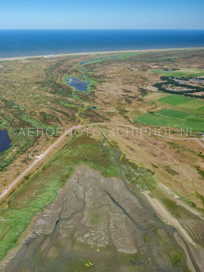 luchtfoto    Texel, Mokbaai, de Moksloot en Het Grote Vlak, Nationaal Park Duinen van Texel. Het Grote vlak is één van  de grootste natte duin-vallei van Nederland, eind 15e eeuw was het een zeegat. opn. 01/07/2018