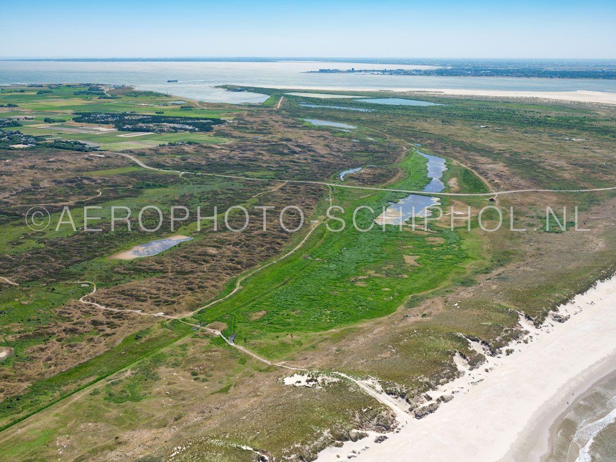 luchtfoto    Texel, Het Grote Vlak Gezien vanuit het noordwesten. Het Gote Vlak maakt deel uit van Nationaal Park Duinen van Texel en is één van  de grootste natte duin-vallei van Nederland, eind 15e eeuw was het een zeegat. opn. 01/07/2018