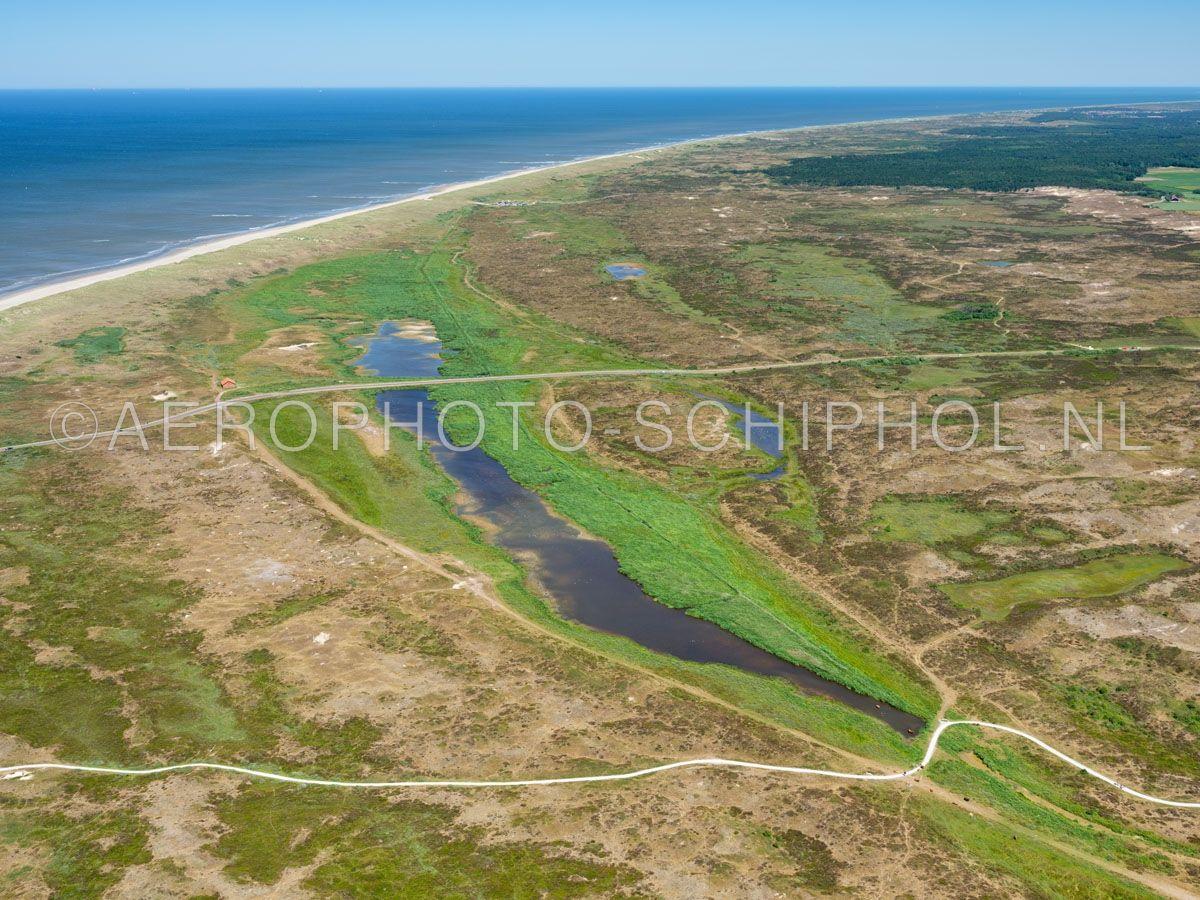 luchtfoto    Texel, Het Grote Vlak met rechts de Bollekamer, Nationaal Park Duinen van Texel. Het Grote vlak is één van  de grootste natte duin-vallei van Nederland, eind 15e eeuw was het een zeegat. opn. 01/07/2018