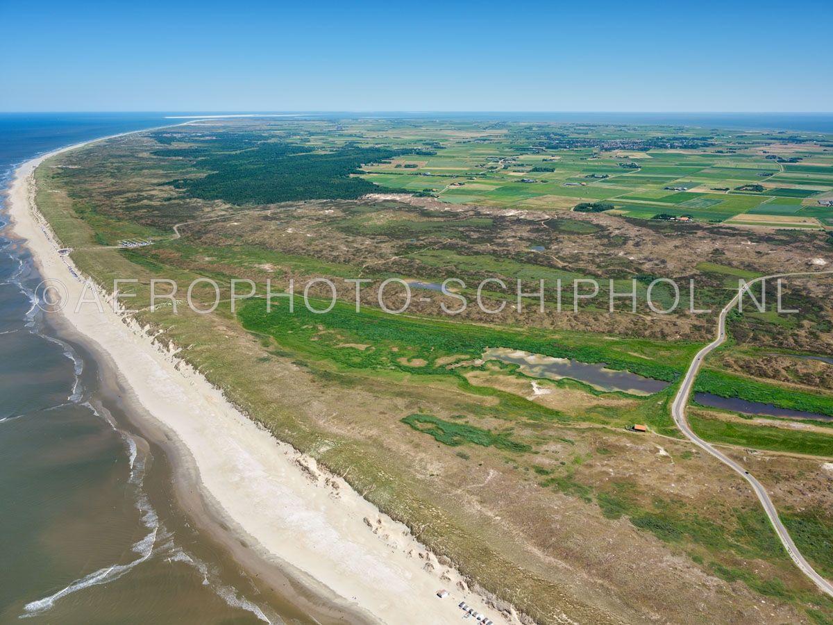 luchtfoto |  Texel, De Bollekamer, Nationaal Park Duinen van Texel. De Bollekamer is een binnenduingebied tussen het Hoornderslag en het Jan Ayeslag, met de oudere natte duinvalleien die centraal in het gebied liggen. opn. 01/07/2018
