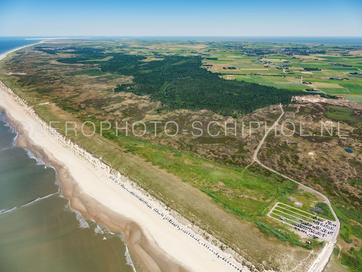 luchtfoto    Texel, De Westerduinen, Nationaal Park Duinen van Texel.  De Westerduinen is een smal, droog duingebied met hoge kalkarme duinen, grillige valleien en aan de zeereep stuifduinen. opn. 01/07/2018