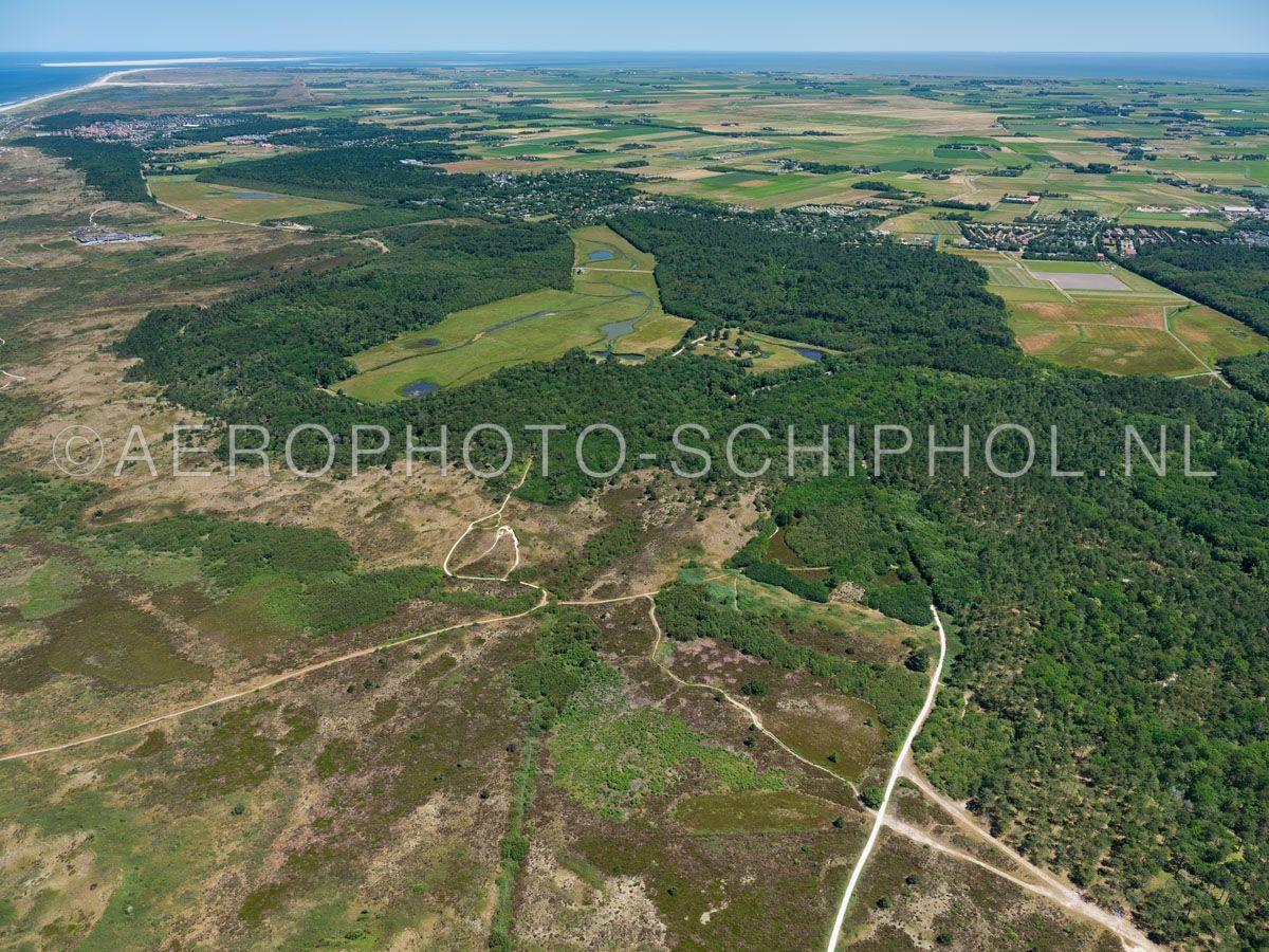 luchtfoto    Texel, de Dennen, Nationaal Park Duinen van Texel. Het Texelse bos is in het begin van de 20e eeuw aangeplant als productiebos. opn. 01/07/2018