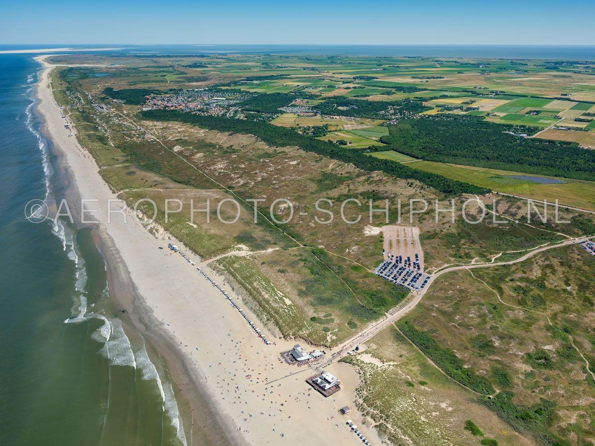 luchtfoto |  Texel, Seetingsnollen, Nationaal Park Duinen van Texel. De Seetingsnollen of de Seeting is een  hoge en droge duinstrook van nog geen kilometer breed ten zuiden van De Koog. opn. 01/07/2018