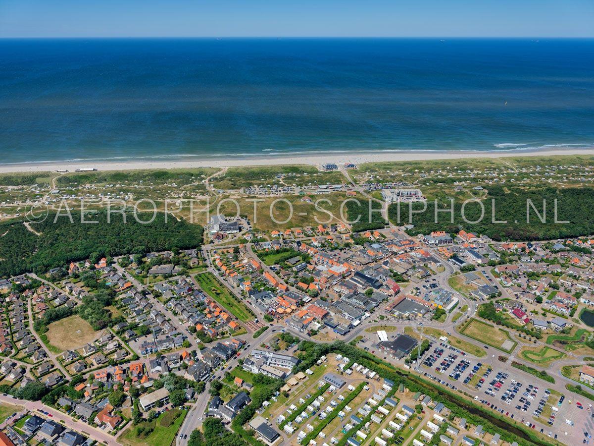 luchtfoto |  De Koog, Texel. De Koog is ontstaan als vissersdorp, alleen de kerk uit 1415 herrinnerd nog aan deze tijd. Tegenwoordig is de Koog de badplaats van Texel. opn. 01/07/2018