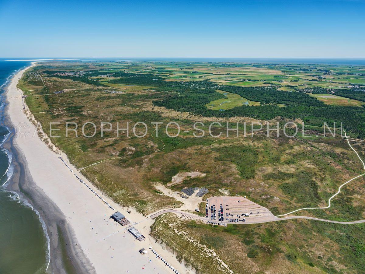 luchtfoto    Texel, De Bleekersvallei, Nationaal Park Duinen van Texel. de Bleekersvallei is een landschap van paraboolduinen en valleien met relatief weinig jonge duinen omdat deze door de zee zijn weggeslagen.  opn. 01/07/2018