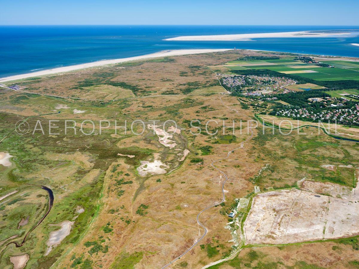 luchtfoto    Eierland, Texel. Eierland was een eiland  dat was gescheiden met Texel door het Anegat, waar nu de Slufter ligt (links). Rond 1550  ontstond een gebied van zandbanken en kwelders dat alleen bij extreem hoog water onderliep. In 1625 werd besloten de zanddi opn. 01/07/2018