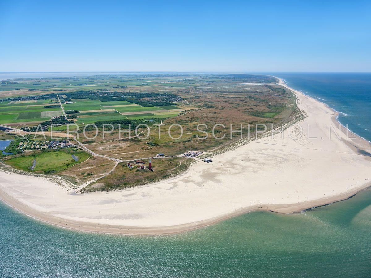 luchtfoto |  Texel. Eierland en de Eierlandse Duinen. Eierland was een eiland  dat was gescheiden met Texel door het Anegat, waar nu de Slufter ligt (links). Rond 1550  ontstond een gebied van zandbanken en kwelders dat alleen bij extreem hoog water onderliep. In 1625 opn. 01/07/2018