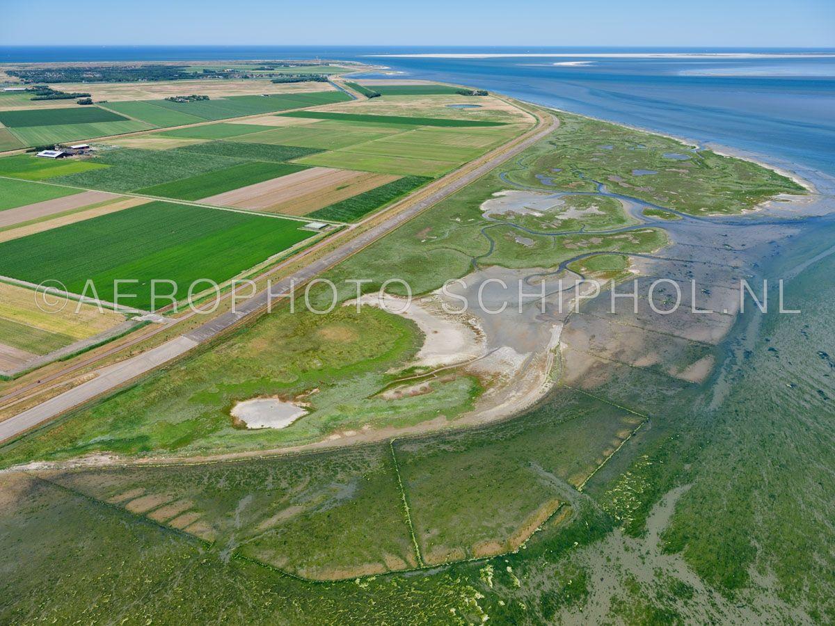luchtfoto |  Texel, de Schorren. Schorren of  kwelders zijn de hoger gelegen delen die aan de voet van de waddendijk liggen. Deze staan alleen tijdens springvloed of stormvloed onder water opn. 01/07/2018