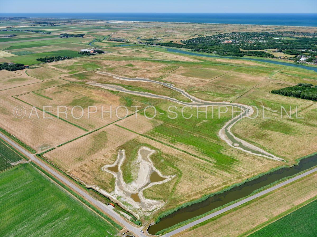 luchtfoto |  Texel, natuurontwikkeling Dorpszicht. Het natuurgebied is ca. 1,2 vierkante kilometer groot en bestaat voor een groot deel uit vochtig grasland met kreken.  opn. 01/07/2018