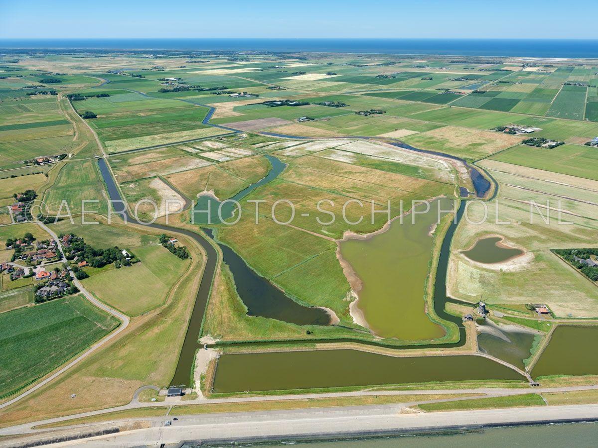 luchtfoto    Texel, nattuurgebied Drijvers Vogelweid De Bol is een laag weidegebied met plassen, het is niet toegankelijk voor publiek. Het gebied bestaat uit brede voormalige wadkreken en schrale graslanden. opn. 01/07/2018