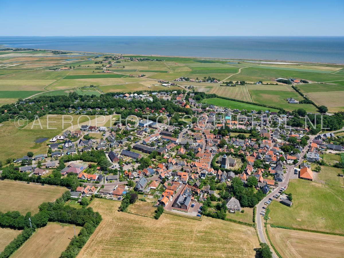 luchtfoto |  Texel, Oosterend, verzuiling, het dorp werd door de religieuze diversiteit en godsdienstige twisten klein Jeruzalem genoemd, momenteel telt het dorp nog 4 kerken, in het verleden waren dat er 7. opn. 01/07/2018