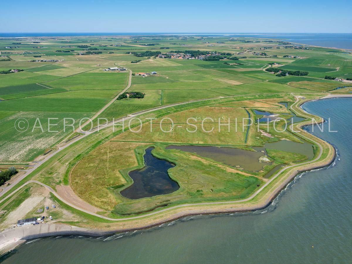 luchtfoto |  Texel, de Zandkes is een brakke polder en een natuurgebied tussen de oude waddendijk en de nieuwe waddendijk. De polder is ontstaan doordat bij het aanleggen van een nieuwe dijk, een bocht in de oude dijk werd afgesneden ©01/07/2018