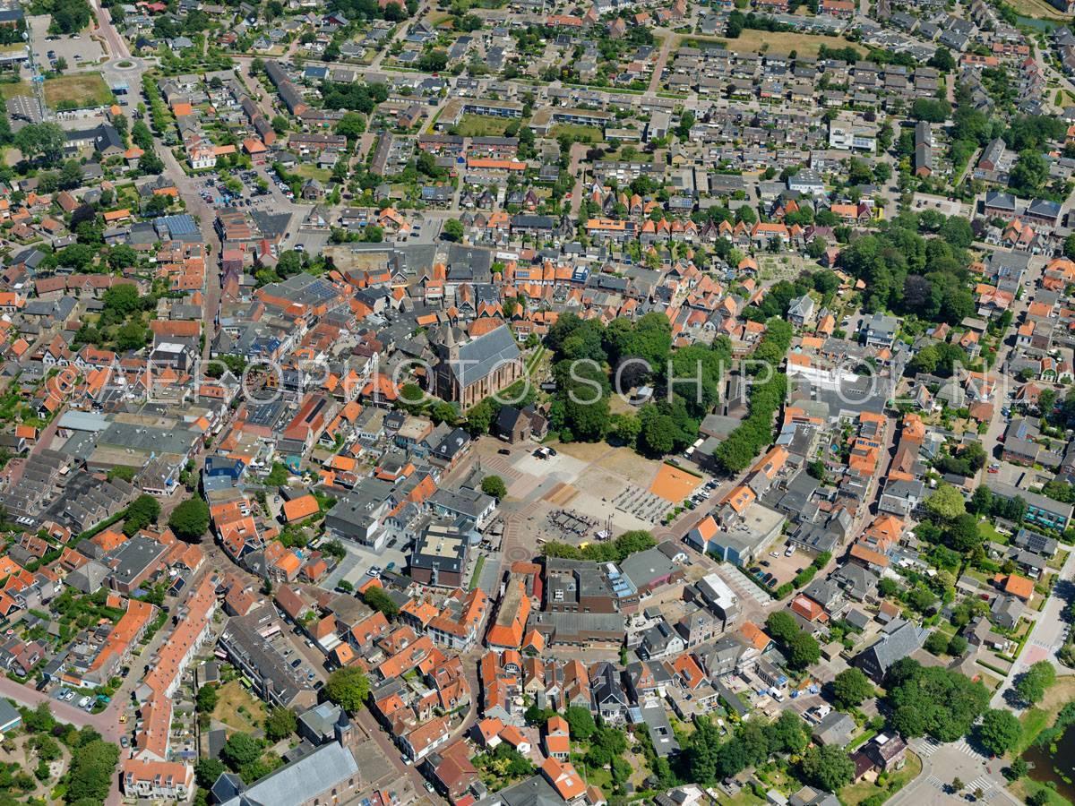 luchtfoto |  Texel, Den Burg, de vroegere vestingwal is nog herkenbaar in het ringvormige stratenpatroon in het centrum. | 01/07/2018