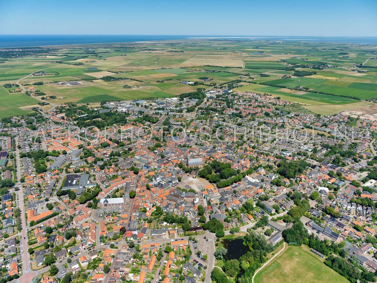 luchtfoto |  Texel, Den Burg is met ca. 7100 inwoners het grootste dorp van Texel. De vroegere vestingwal is nog herkenbaar in het ringvormige stratenpatroon in het centrum. | 01/07/2018