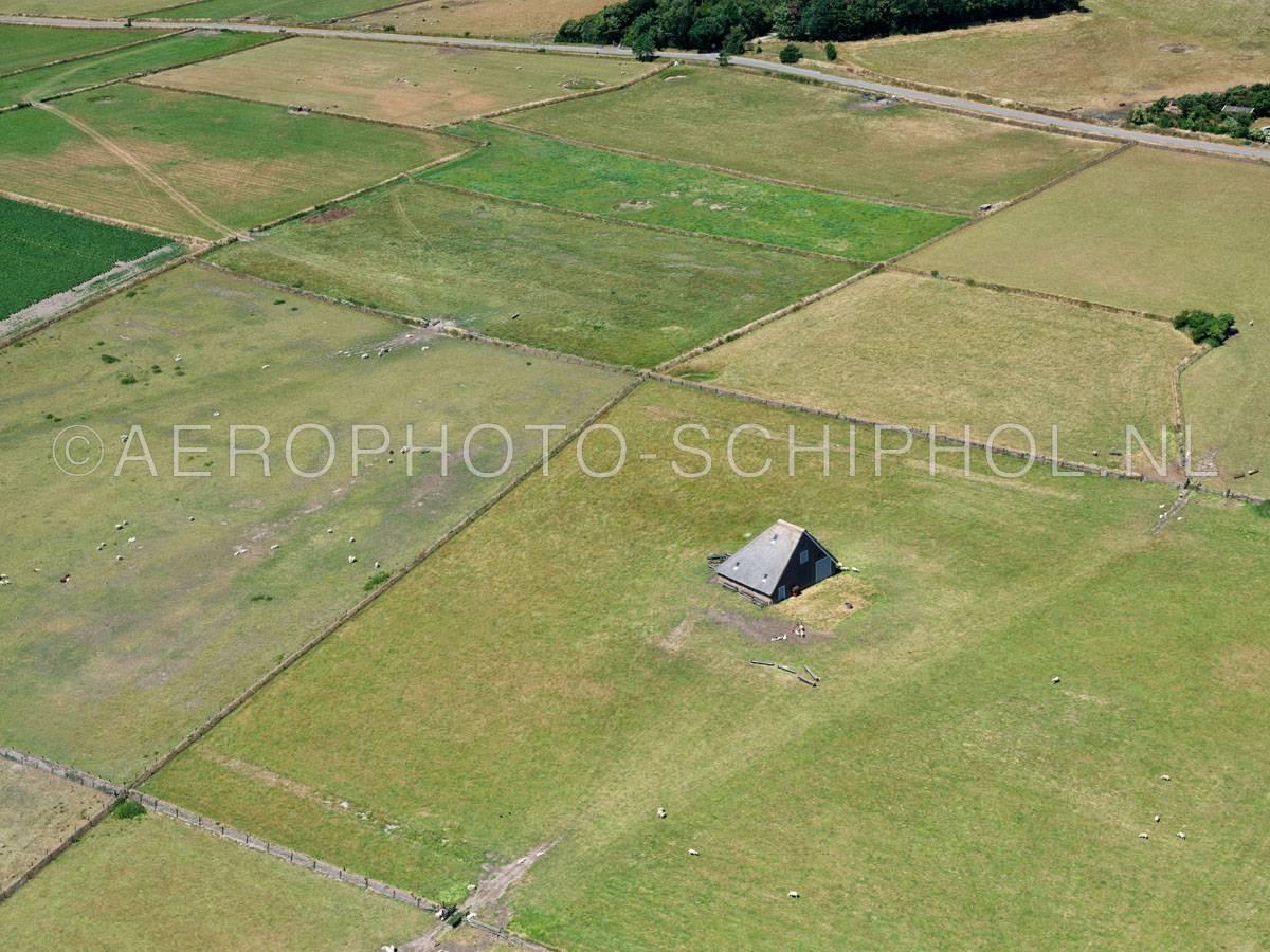 luchtfoto    Texel, het oude land van Texel met een Schapenboet en Tuunwoallen (Tuunwallen).    01/07/2018