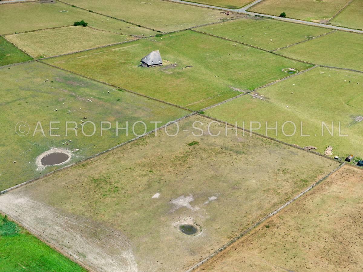 luchtfoto    Texel, het oude land van Texel met  Tuunwoallen (Tuunwallen), Schapenboeten en Kolken (drinkput).    01/07/2018