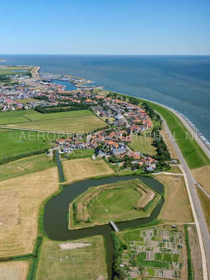luchtfoto |  Texel, Fort Lunette en Oudeschid. Fort Lunette werd in 1811 door Napoleon aangelegd als steunfort voor Fort de Schans. | 01/07/2018