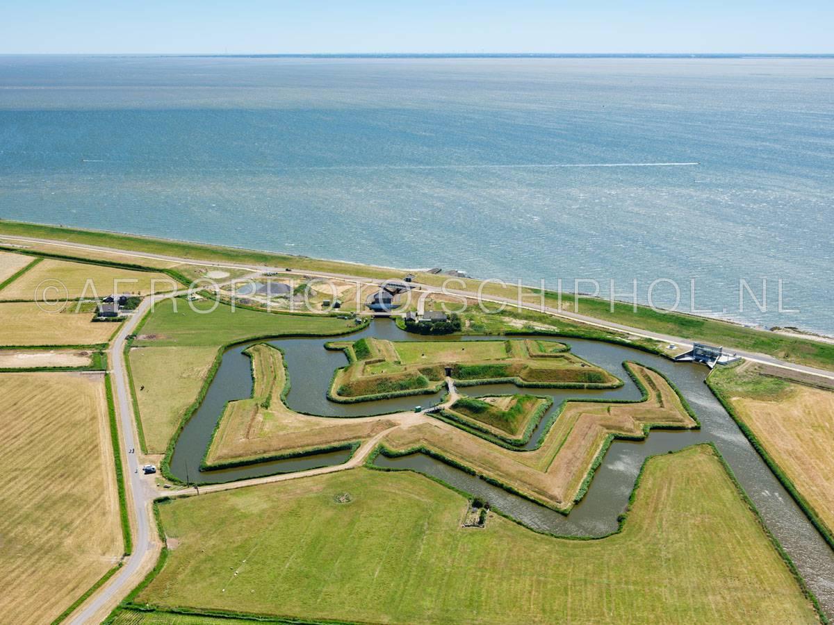 luchtfoto |  Texel, Fort de Schans werd in 1574 aangelegd door Willem van Oranje en door Napoleon uitgebreid met de steunforten, Fort Lunette en Fort Redoute.  | 01/07/2018