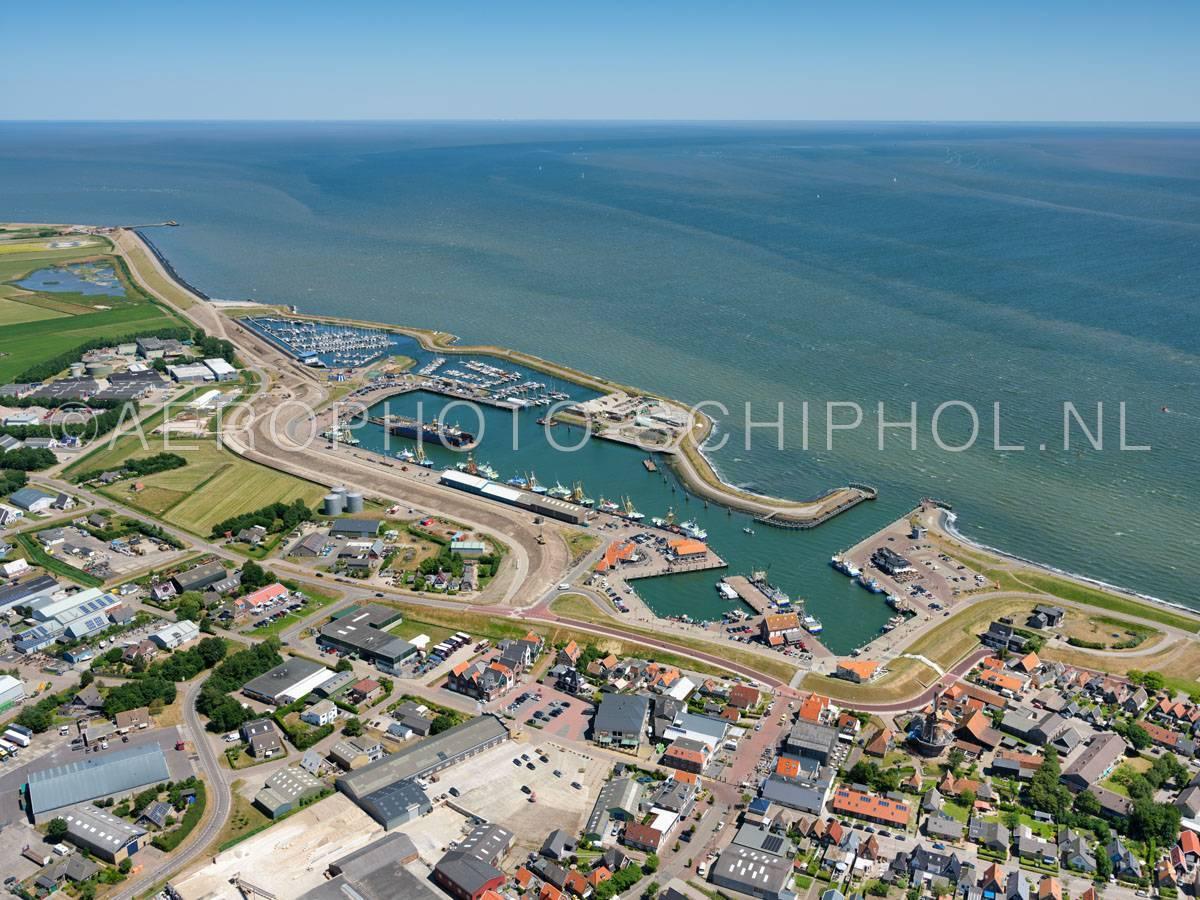 luchtfoto    Texel, Oudeschild, de Haven van Oudeschild, bestaat uit de Zuiderhaven, Noordehaven ( beroepsvaart en bruine vloot), Werkhaven, Verenigingshaven en de passantenhaven.    01/07/2018