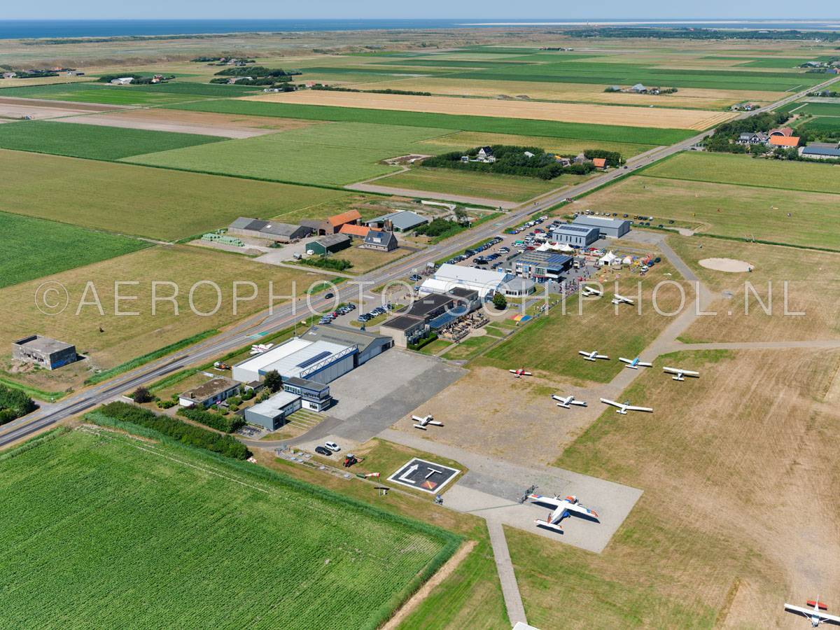 luchtfoto |  Texel International Airport, tot 2012 De Vlijt, werd gebouwd in het kader van een werklozenproject en geopend op 9 april 1937 als een militair en burgerluchtvaart vliegveld.  | 01/07/2018