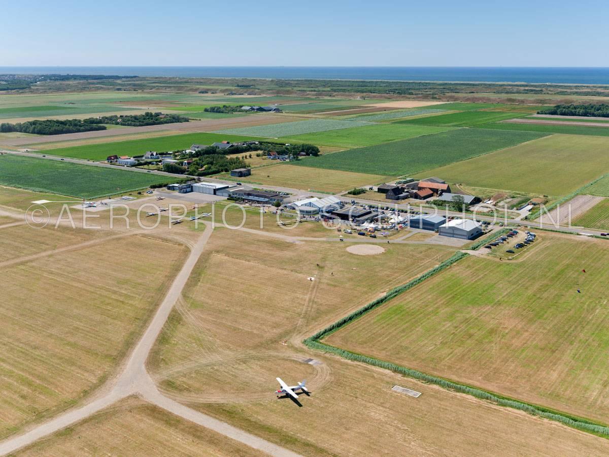 luchtfoto    Texel International Airport, tot 2012 De Vlijt, werd gebouwd in het kader van een werklozenproject en geopend op 9 april 1937 als een militair en burgerluchtvaart vliegveld.    01/07/2018
