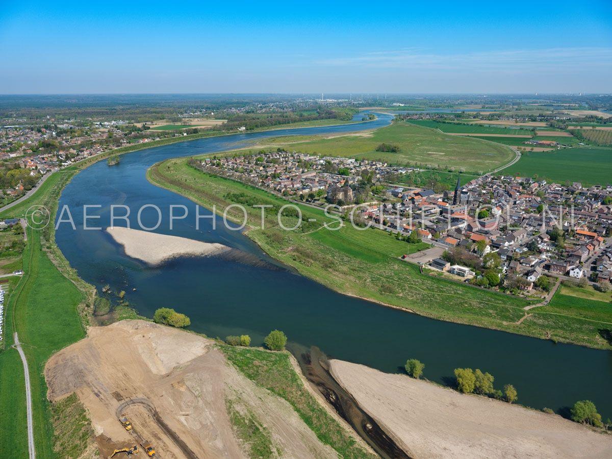 luchtfoto |  305428 | de Grensmaas bij Borgharen is het eerste deel van het Grensmaas project dat is afgerond. De rivier is verbreed en de oevers zijn verlaagd en er ontstaat een natuurgebied. opn. 18/04/2019