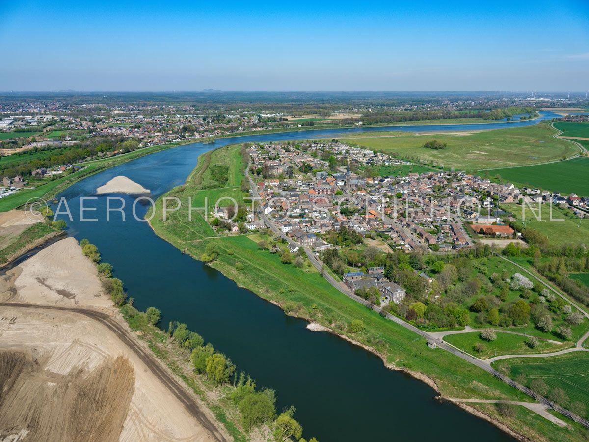 luchtfoto    305429   de Grensmaas bij Borgharen is het eerste deel van het Grensmaas project dat is afgerond. De rivier is verbreed en de oevers zijn verlaagd en er ontstaat een natuurgebied. opn. 18/04/2019