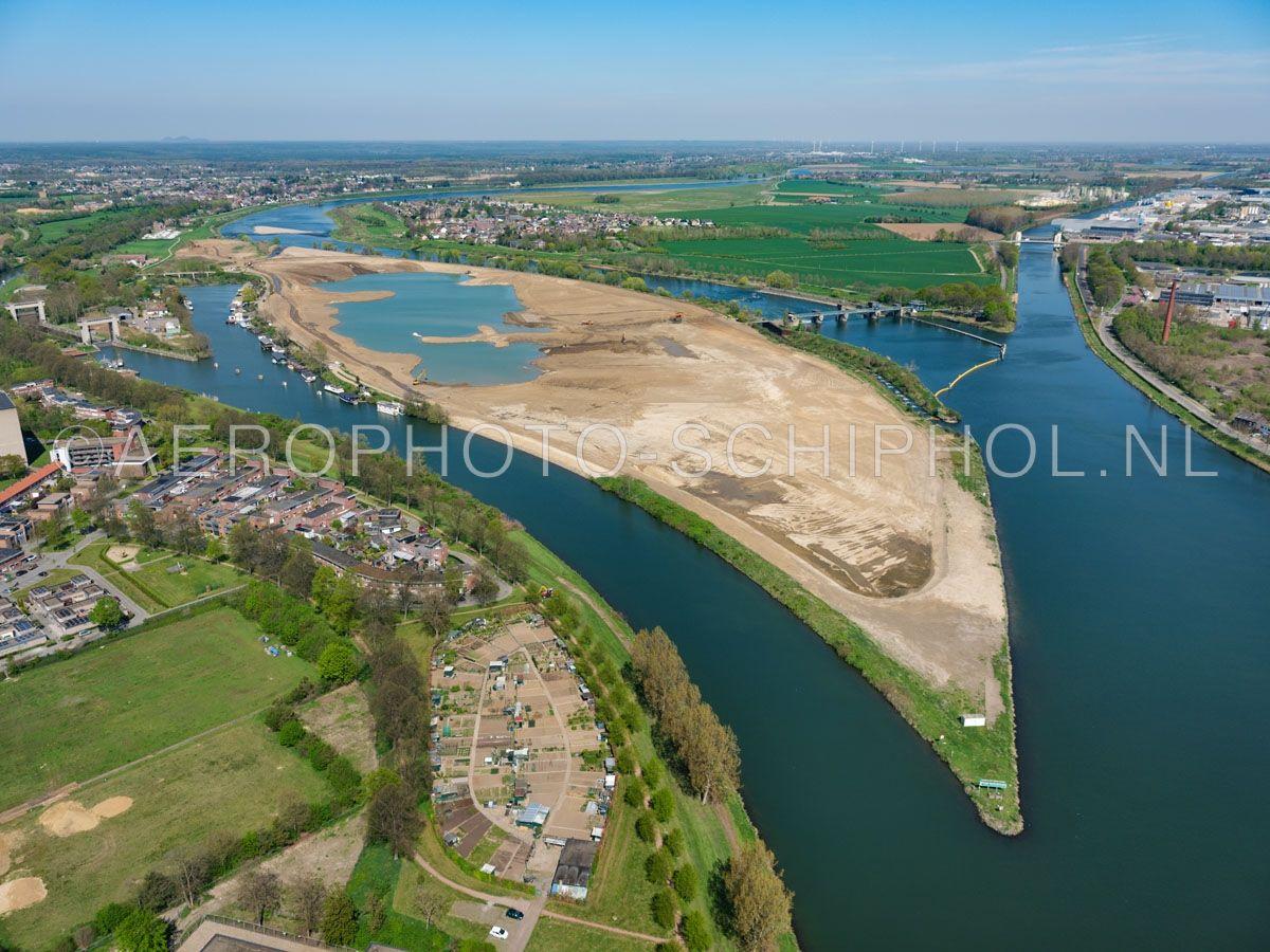 luchtfoto |  305430 | Maastricht, Bosscherveld. In het kader van project Grensmaas wordt hier grind gewonnen er ontstaat een waterpark dat deel uitmaakt van de groengordels van Maastricht. opn. 18/04/2019